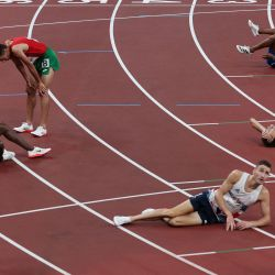 Los atletas reaccionan después de competir en las series de 5.000 metros masculinos durante los Juegos Olímpicos de Tokio 2020 en el Estadio Olímpico de Tokio.   Foto:Giuseppe Cacace / AFP