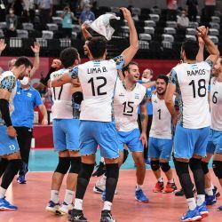 Los jugadores de Argentina celebran su victoria en el partido de voleibol masculino de cuartos de final entre Italia y Argentina durante los Juegos Olímpicos de Tokio 2020 en el Ariake Arena en Tokio.   Foto:Yuri Cortez / AFP
