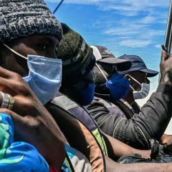 Migrantes varados de Cuba, Haití y varios países africanos viajan en un barco de Necoclí a Capurgana, Colombia.   Foto:Joaquin Sarmiento / AFP