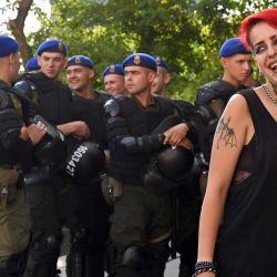 Un activista sonríe ante la mirada de los agentes de policía durante la protesta    Foto:Sergei Supinsky / AFP