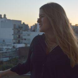 Juli nació en Trelew y actualmente vive en La Plata.