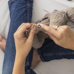 Tejer: la terapia con beneficios saludables que muchos jóvenes adoptaron