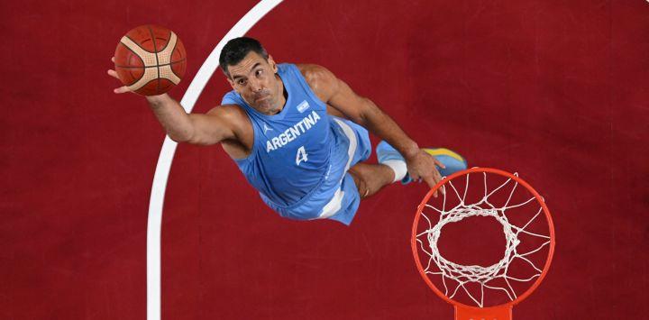 El argentino Luis Scola salta por un rebote en el partido de basquet masculino de cuartos de final entre Australia y Argentina durante los Juegos Olímpicos de Tokio 2020 en el Saitama Super Arena en Saitama.