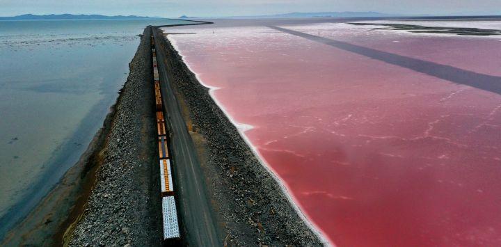 En una vista aérea, una calzada de ferrocarril divide el Gran Lago Salado cerca de Corinne, Utah. A medida que la grave sequía se va apoderando del oeste de Estados Unidos, los niveles de agua del Gran Lago Salado, el mayor lago de agua salada del hemisferio occidental, han descendido a los niveles más bajos jamás registrados.