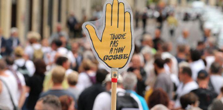 Un manifestante sostiene una pancarta en la que se lee