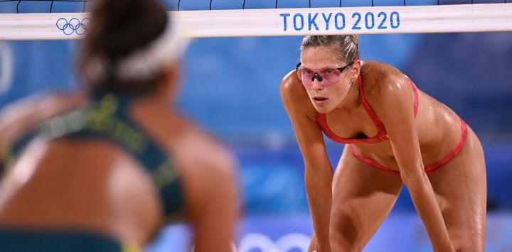 La canadiense Sarah Pavan mira en su partido de cuartos de final de voleibol de playa femenino entre Canadá y Australia durante los Juegos Olímpicos de Tokio 2020 en el Parque Shiokaze en Tokio.