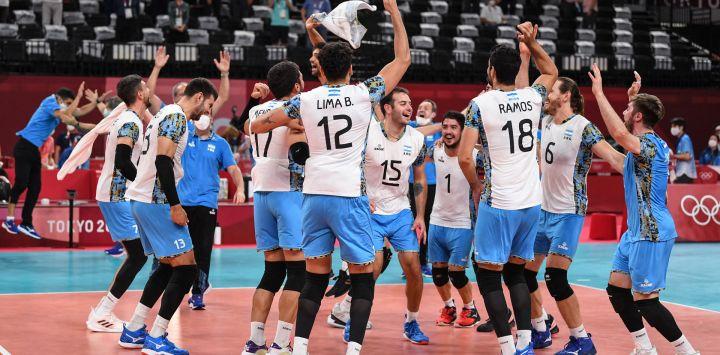 Los jugadores de Argentina celebran su victoria en el partido de voleibol masculino de cuartos de final entre Italia y Argentina durante los Juegos Olímpicos de Tokio 2020 en el Ariake Arena en Tokio.