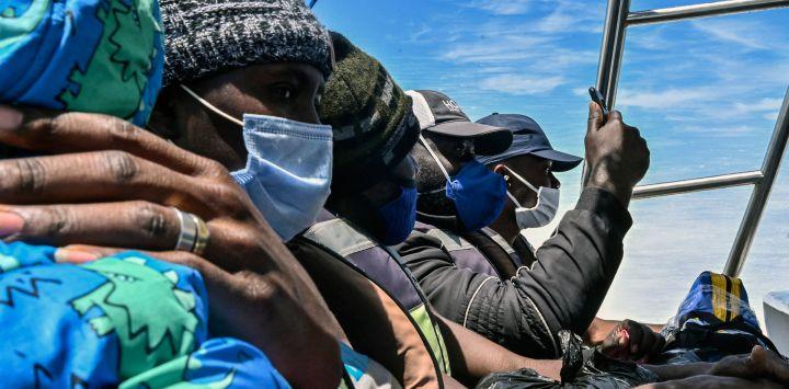 Migrantes varados de Cuba, Haití y varios países africanos viajan en un barco de Necoclí a Capurgana, Colombia.