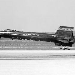 Estaba propulsado por cohetes de 50 pies de largo con una envergadura de 22 pies.