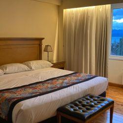 Amplia habitación en el Hotel Huinid Bustillo.