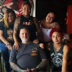 """Jesica y su """"nueva familia"""" en Mandinga Tatto."""