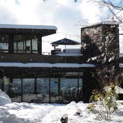 Microcervecería Patagonia, ubicada en el Km 24,7 de la avenida Bustillo, tiene una propuesta para comer en un domo que es maravillosa.