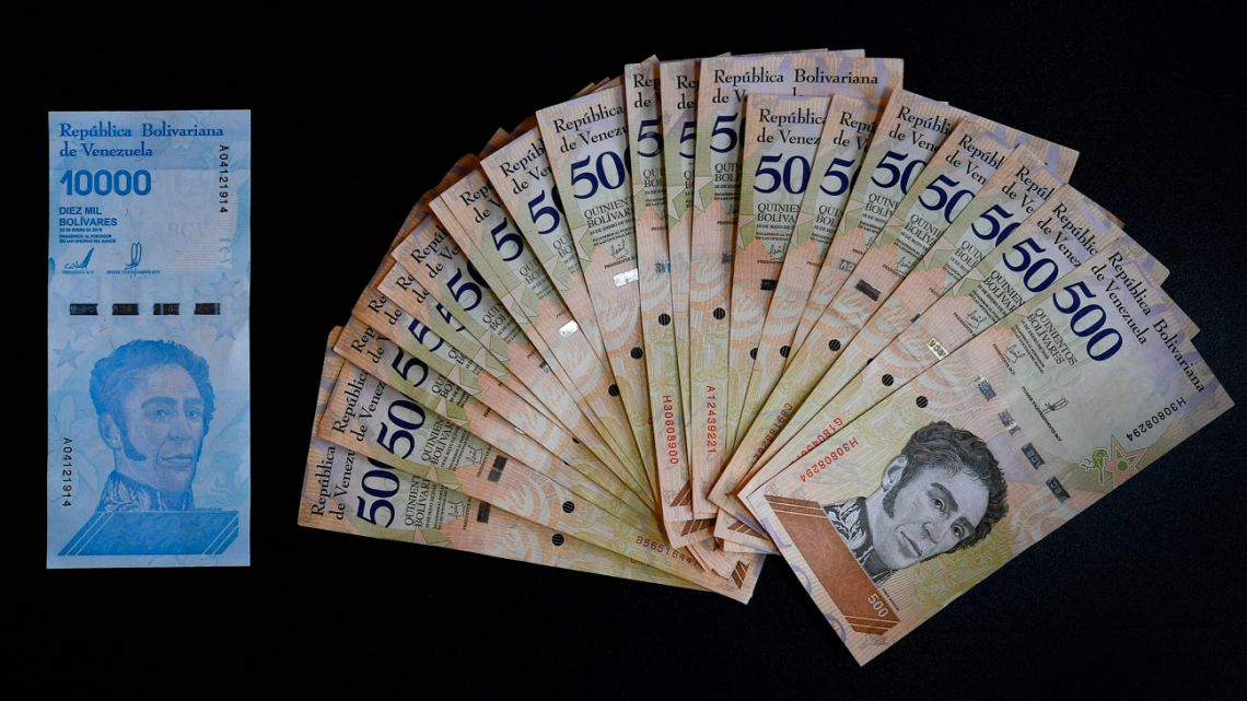 Photo of a new ten thousand bolívar-note (left) and its equivalent in current five hundred bolívar-bills in Caracas.