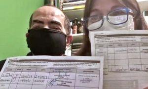 Voluntarios de las pruebas de combinación de vacunas covid con su carnet. 20210805