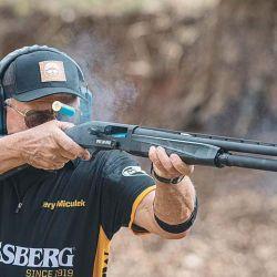 El increíble tirador Jerry Miculek, quien colaboró con Mossberg para crear la 940 JM Pro, disparando su obra.