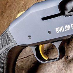 Palanca de carga y botón liberador del cerrojo sobredimensionados hacen juego con  el cásico seguro  de la marca.