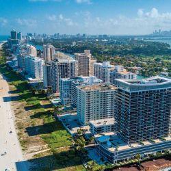 Playas de arena blanca y mar turquesa, postal clásica  de Miami Beach, por esta época repleta de turistas.