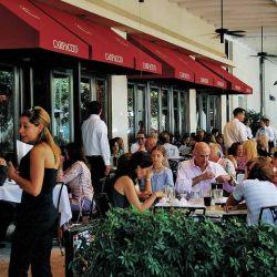 Restaurantes y bares de la zona a pleno. Conviene reservar.  El turismo de vacunas llenó Maimi de una manera que no se esperaba.