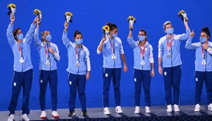 Las Leonas celebran en el podio su medalla de plata en los Juegos Olímpicos de Tokio 2020. // Telam