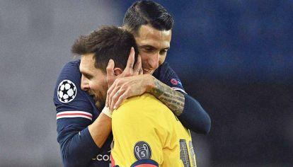 Amigos. Di María abraza a Leo en febrero de este año, cuando el PSG eliminó al Barcelona de la Champions League. Seis meses después, Leo volverá a París con otra camiseta.