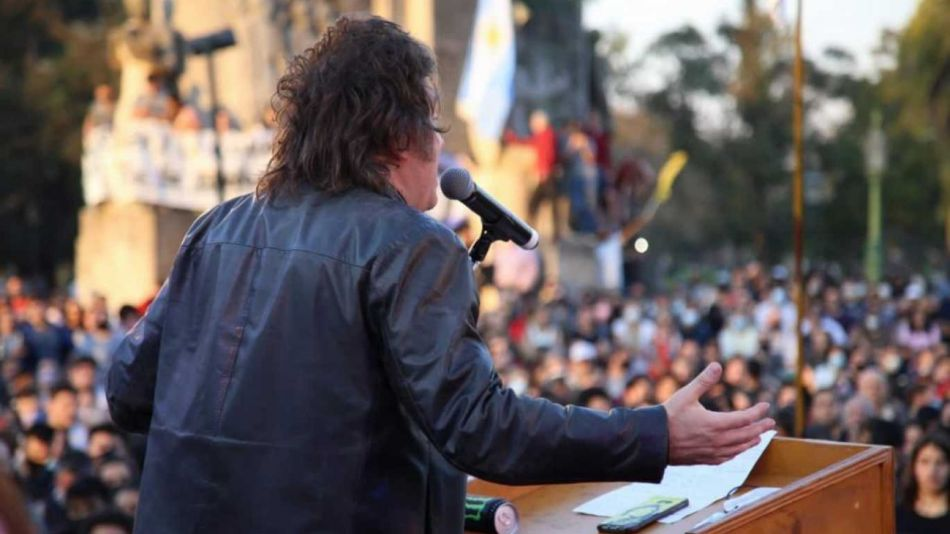 Milei habla a la gran cantidad de gente que fue a su acto de lanzamiento en Plaza Holanda.