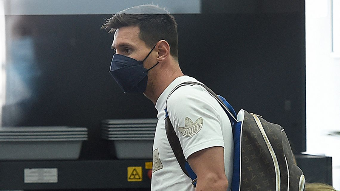 Lionel Messi arrives with his family to board a plane at El Prat airport in Barcelona on August 10, 2021. France is waiting impatiently for Lionel Messi with supporters gathering outside Paris Saint-Germain's ground hoping to see the Argentine who is expected to join the Qatar-owned club after his exit from Barcelona.