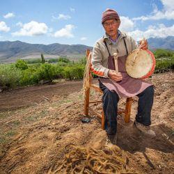 Los artesanos preparan y venden sus productos a la vera del camino en Tafí del Valle.
