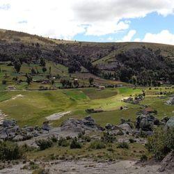 El cerro Accomachay està ubicado en el corazón del pequeño poblado de Carcosi, en la provincia de Angaraes, Huancavelica