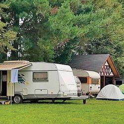 Clásica casa rodante en un cómodo camping.