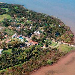 Vista aérea de Martrín García, donde apreciamos el corto muelle de desembarco. Cerca de la costa puede observarse que es  muy difícil amarrar.