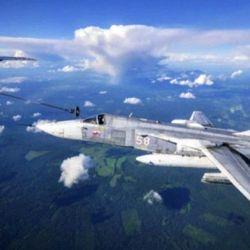 """Los pilotos rusos suelen agradecer a la tripulación del avión cisterna con una """"pirueta"""" aérea que ellos llaman """"retiradas osadas""""."""