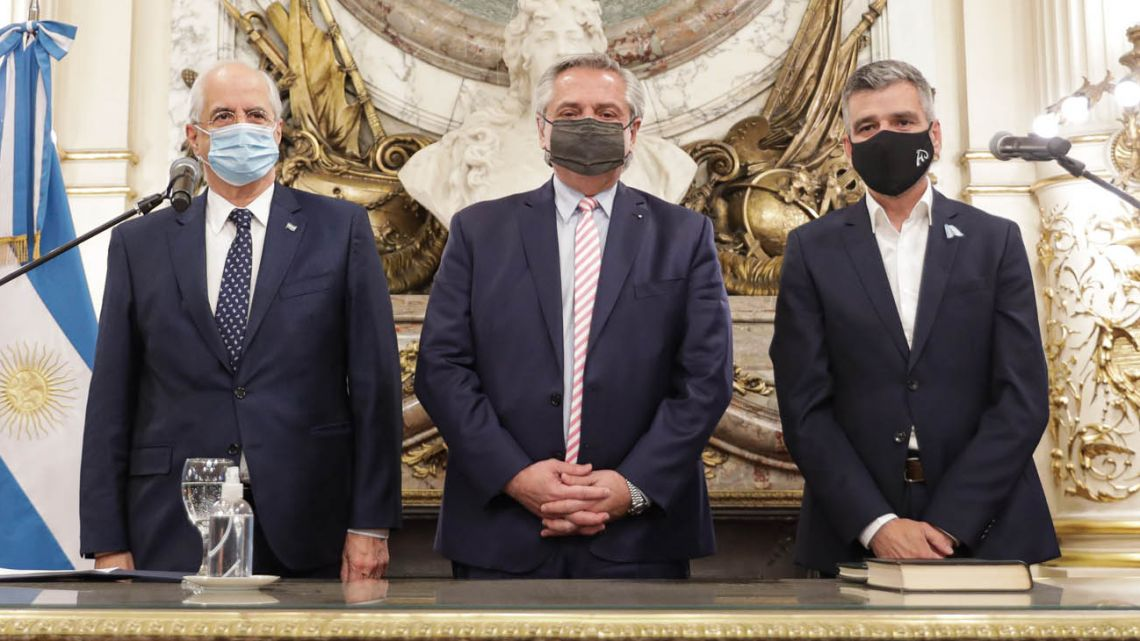 President Fernández poses for a photograph with Jorge Taiana and Juan Zabaleta after swearing them in as new government ministers on Tuesday at the Casa Rosada.