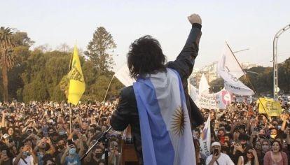 Frente a miles de jóvenes, Javier Milei lanzó su candidatura esta semana en Plaza Holanda.