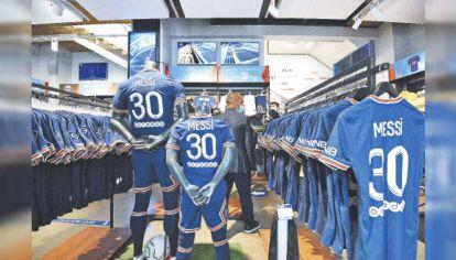 El número de la suerte. Los comercios parisinos de venta de camisetas colapsaron. Las originales de Messi se venden entre 110 y 180 dólares. El furor por Leo es mayor al que había provocado Neymar.