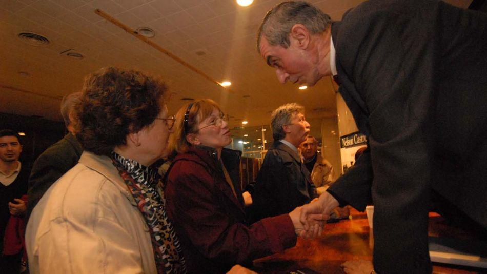 EL OMBUDSMAN. Nelson Castro fue el primero en ocupar esa posición en un medio, recibió a los lectores para explicar la discriminación con la publicidad oficial el 30 de mayo de 2006 en el Centro Cultural San Martín.