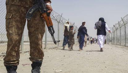 La ofensiva militar talibán en Afganistán ingresó en la capital, Kabul, donde los residentes informaron disparos y combates.
