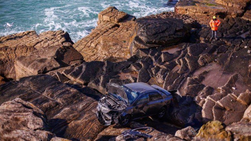 El auto entre las rocas de Playa Chica, en Mar del Plata. 15/08/2021