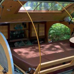 El interior, de 1,98 metros de largo y 1,16 de alto, cuenta con dos camas.