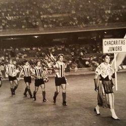 Entrada al campo de juego de la delegación de Chacarita Juniors para enfrentar al Bayern Munich.