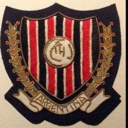 El escudo de Chacarita Juniors que los jugadores lucieron en sus sacos en el viaje a Barcelona.