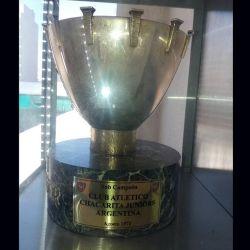 La copa que le dio el Barcelona a Chacarita Juniors por ser subcampeón del torneo Joan Gamper en 1971.