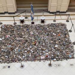 Piedras en memoria de los fallecidos por la Pandemia colocadas en el Salón de los Patriotas, Casa Rosada | Foto:CEDOC