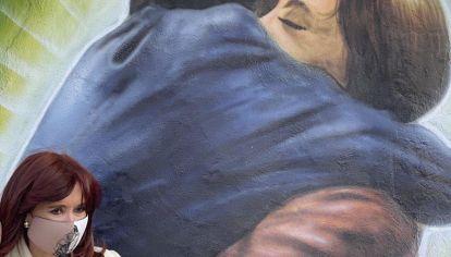 Cristina Kirchner inauguró esta semana un mural que refleja un abrazo con Néstor Kirchner.