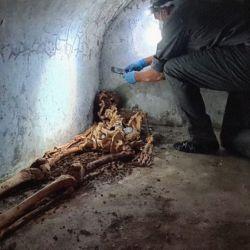 En el interior de la tumba había un cuerpo parcialmente momificado de un hombre adulto.