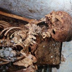 En el recinto funerario también se encontraron dos urnas con cenizas, una de las cuales es un recipiente de cristal que contiene los restos de una mujer llamada Novia Amabilis, la posible esposa de Venerius.