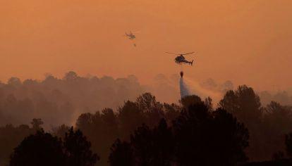Brigadistas intentan controlar las llamas que comenzaron a desplegarse enIntiyaco y San Clemente, departamento deCalamuchita, Córdoba