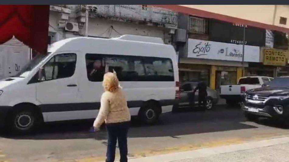 """mujer """"saluda"""" a Alberto Fernández 20210819"""