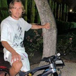 """El futbolista ucraniano subió una foto a Instagram con la leyenda """"Paseo nocturno"""", donde se lo puedo ver montado sobre una bicicleta eléctrica."""