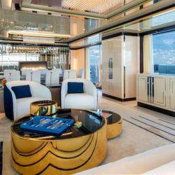 El interior está conformado por 5 cabinas ubicadas en el medio de la cubierta inferior.