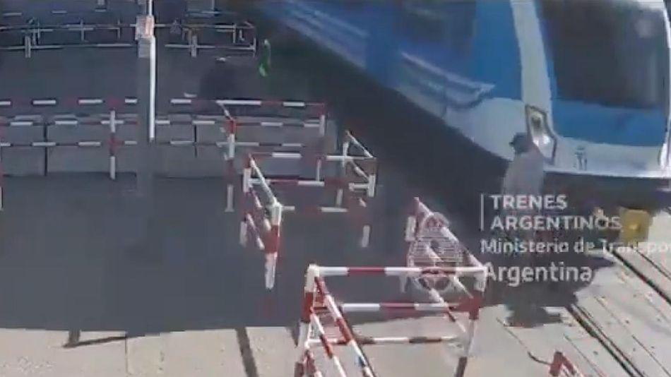 Hombre embestido por el tren 20210820